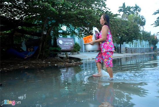 Nước ngập nhiều màu, nồng nặc mùi hóa chất ở Sài Gòn - Ảnh 5.