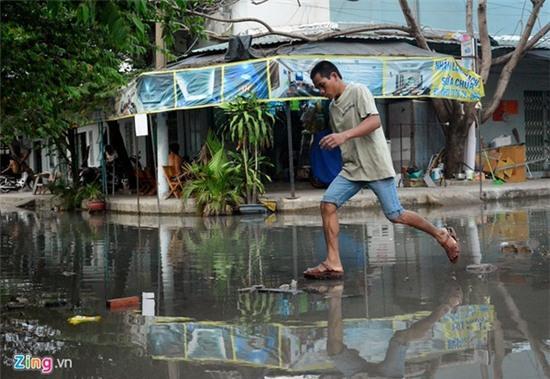 Nước ngập nhiều màu, nồng nặc mùi hóa chất ở Sài Gòn - Ảnh 7.