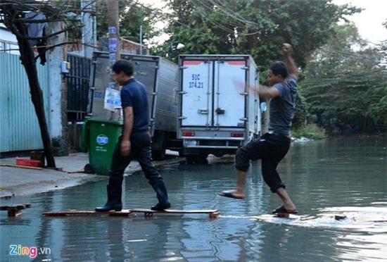 Nước ngập nhiều màu, nồng nặc mùi hóa chất ở Sài Gòn - Ảnh 8.