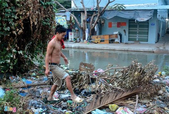 Nước ngập nhiều màu, nồng nặc mùi hóa chất ở Sài Gòn - Ảnh 9.