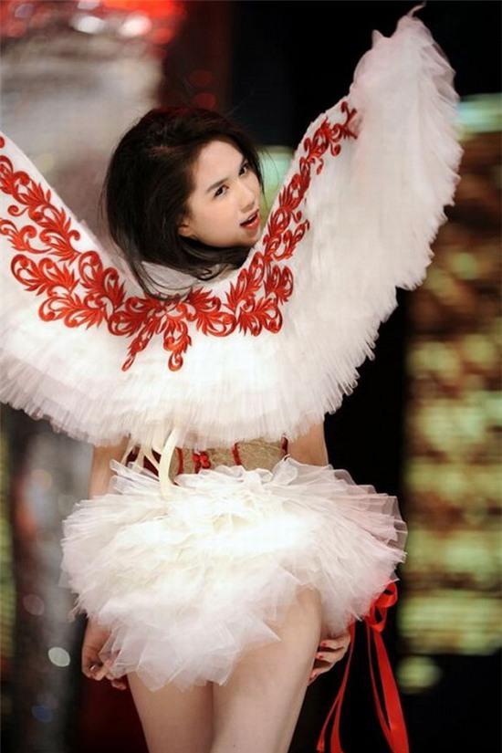 Ngọc Trinh: từ mẫu diễn hội chợ đến nữ hoàng nội y của Việt Nam - Ảnh 12.