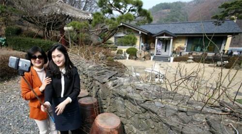 Fan nườm nượp kéo đến nhà bố mẹ Song Joong Ki để...selfie