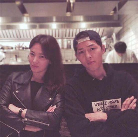 Lộ ảnh hiếm hoi buổi hẹn ăn tối của Song Joong Ki và Song Hye Kyo tại nhà hàng Hồng Kông - Ảnh 1.