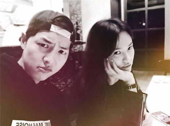 Lộ ảnh hiếm hoi buổi hẹn ăn tối của Song Joong Ki và Song Hye Kyo tại nhà hàng Hồng Kông - Ảnh 2.