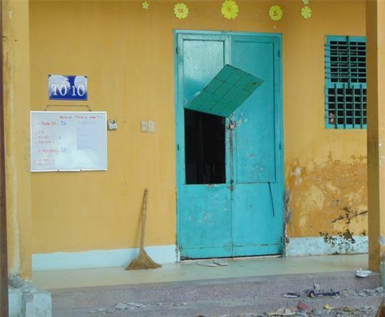 Cửa phòng bị các học viên phá hỏng