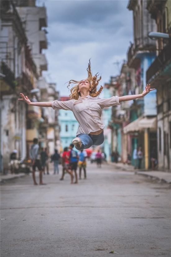 Chùm ảnh đẹp mê hồn về những nghệ sĩ múa ballet trên đường phố Cuba - Ảnh 1.
