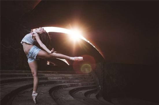 Chùm ảnh đẹp mê hồn về những nghệ sĩ múa ballet trên đường phố Cuba - Ảnh 10.