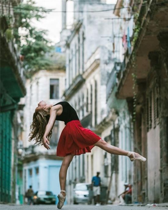 Chùm ảnh đẹp mê hồn về những nghệ sĩ múa ballet trên đường phố Cuba - Ảnh 3.