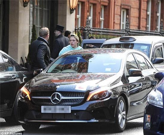 David Beckham lo lắng vì ngồi trên xe trong lúc Brooklyn tập lái - Ảnh 2.