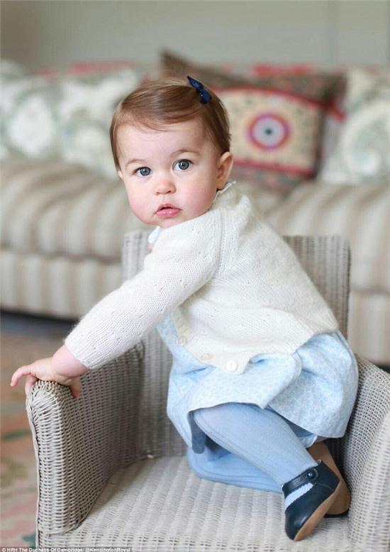 Công chúa nhỏ nước Anh xinh xắn trong loạt ảnh mừng sinh nhật đầu tiên - Ảnh 4.