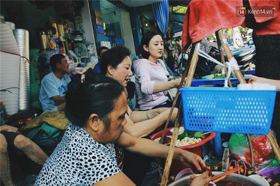 Hà Nội: Lạ miệng, lạ mắt món gỏi sứa đậu phụ mắm tôm trên phố Hàng Chiếu - Ảnh 10.