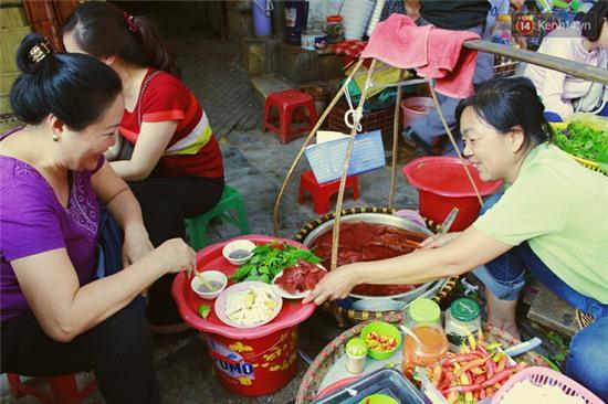 Hà Nội: Lạ miệng, lạ mắt món gỏi sứa đậu phụ mắm tôm trên phố Hàng Chiếu - Ảnh 4.