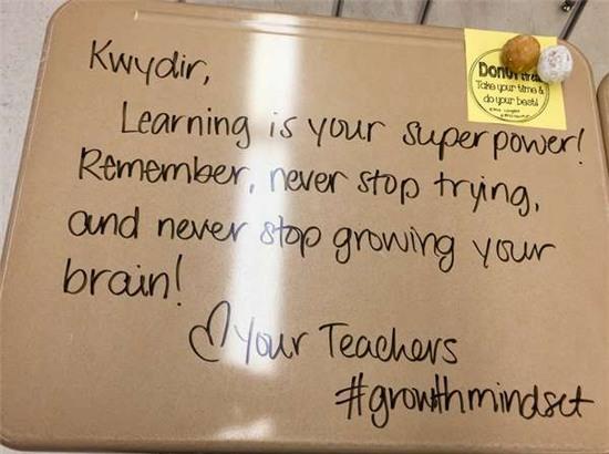 Để truyền cảm hứng cho học sinh thi cử, nữ giáo viên đã làm điều chưa ai từng nghĩ đến - Ảnh 3.