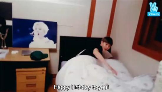 Clip Chanyeol và Sehun (EXO) chúc mừng sinh nhật Suho đạt hơn chục triệu tim - Ảnh 6.