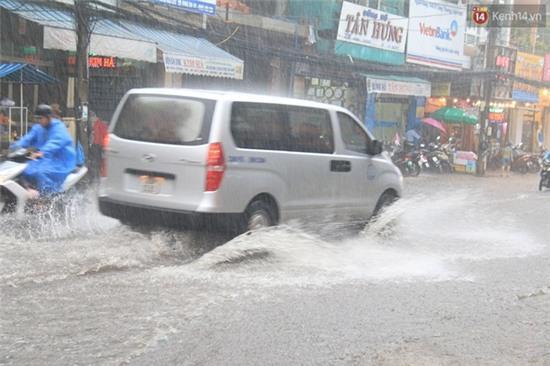 Sau Hà Nội, đến lượt người dân Đà Nẵng dắt xe bì bõm trong dòng nước ngập sau mưa - Ảnh 2.