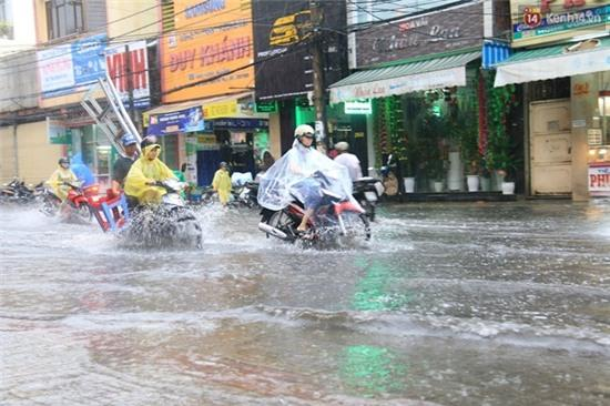 Sau Hà Nội, đến lượt người dân Đà Nẵng dắt xe bì bõm trong dòng nước ngập sau mưa - Ảnh 4.