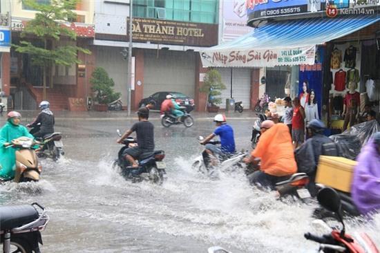 Sau Hà Nội, đến lượt người dân Đà Nẵng dắt xe bì bõm trong dòng nước ngập sau mưa - Ảnh 5.