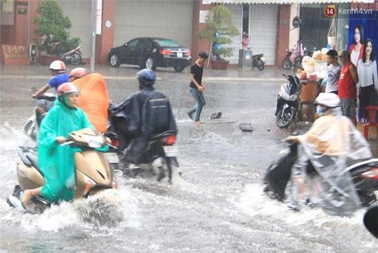 Sau Hà Nội, đến lượt người dân Đà Nẵng dắt xe bì bõm trong dòng nước ngập sau mưa - Ảnh 6.
