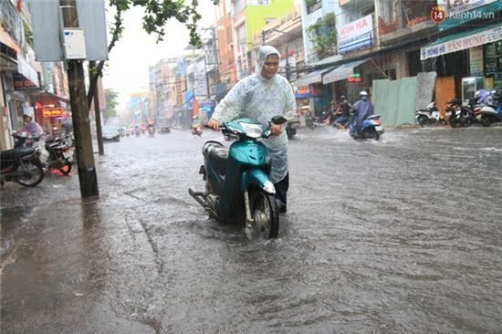 Sau Hà Nội, đến lượt người dân Đà Nẵng dắt xe bì bõm trong dòng nước ngập sau mưa - Ảnh 9.