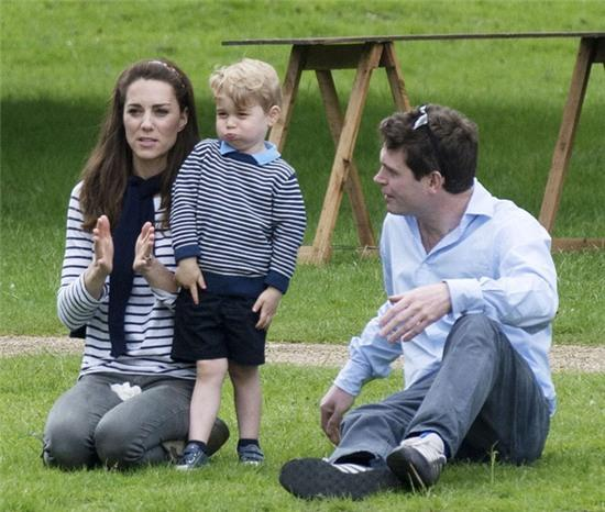 Hoàng tử nhí nước Anh lớn như thổi trong lần xuất hiện mới nhất - Ảnh 1.