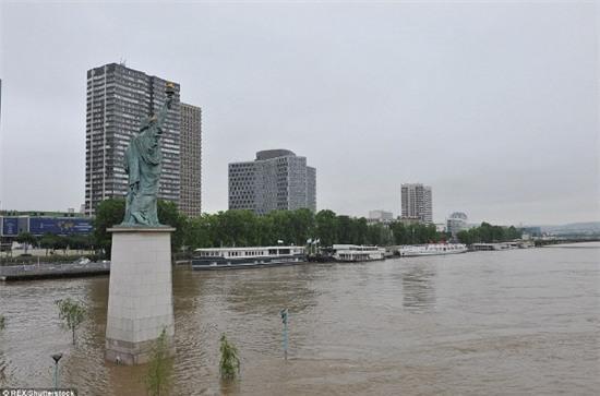 Những hình ảnh không tưởng ở kinh đô hoa lệ của nước Pháp - Ảnh 14.