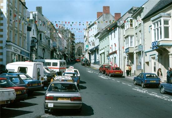 Chiêm ngưỡng thị trấn đẹp đến từng hơi thở trong bộ phim gây sốt Me Before You - Ảnh 6.