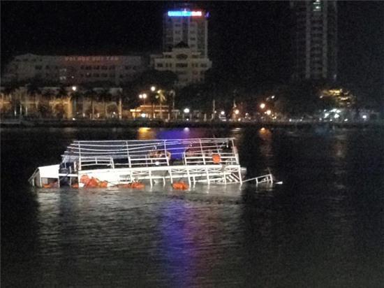 Chùm ảnh hiện trường khi chiếc tàu du lịch bắt đầu chìm trên sông Hàn - Ảnh 1.