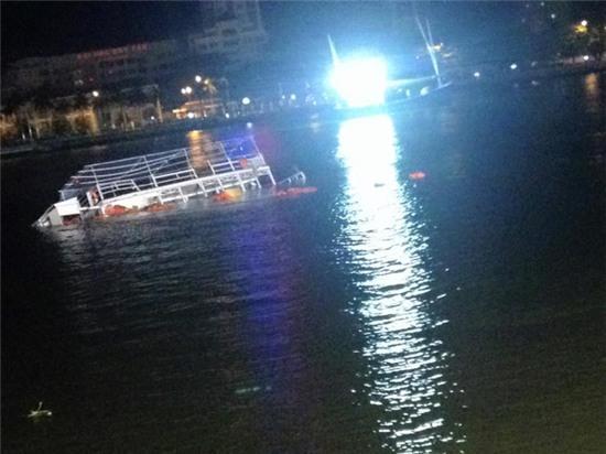 Chùm ảnh hiện trường khi chiếc tàu du lịch bắt đầu chìm trên sông Hàn - Ảnh 2.