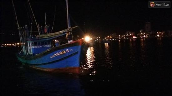 Chùm ảnh hiện trường khi chiếc tàu du lịch bắt đầu chìm trên sông Hàn - Ảnh 9.