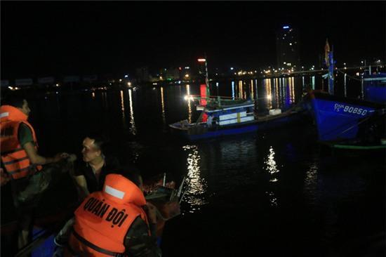 Trắng đêm tìm kiếm nạn nhân mất tích trong vụ lật tàu chui giữa sông Hàn - Ảnh 5.