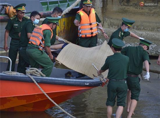 Vụ chìm tàu ở Đà Nẵng: Người thân khóc ngất khi cả 3 thi thể được vớt lên - Ảnh 4.