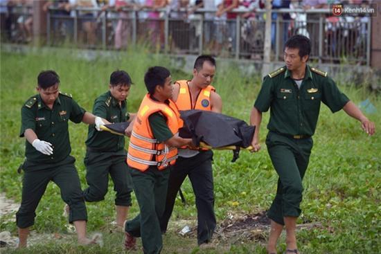 Vụ chìm tàu ở Đà Nẵng: Người thân khóc ngất khi cả 3 thi thể được vớt lên - Ảnh 8.