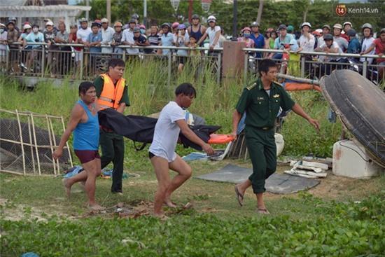 Vụ chìm tàu ở Đà Nẵng: Người thân khóc ngất khi cả 3 thi thể được vớt lên - Ảnh 9.