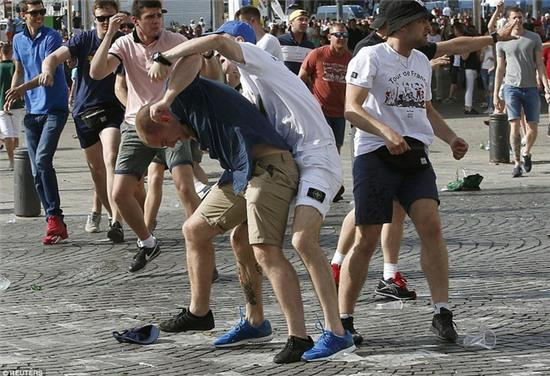 Anh, Nga có thể phải khăn gói quả mướp rời Euro sớm vì vấn nạn hooligan - Ảnh 2.