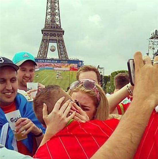 Ăn mừng chiến thắng đội Wales chàng trai cầu hôn bạn gái ngay dưới tòa tháp Eiffel