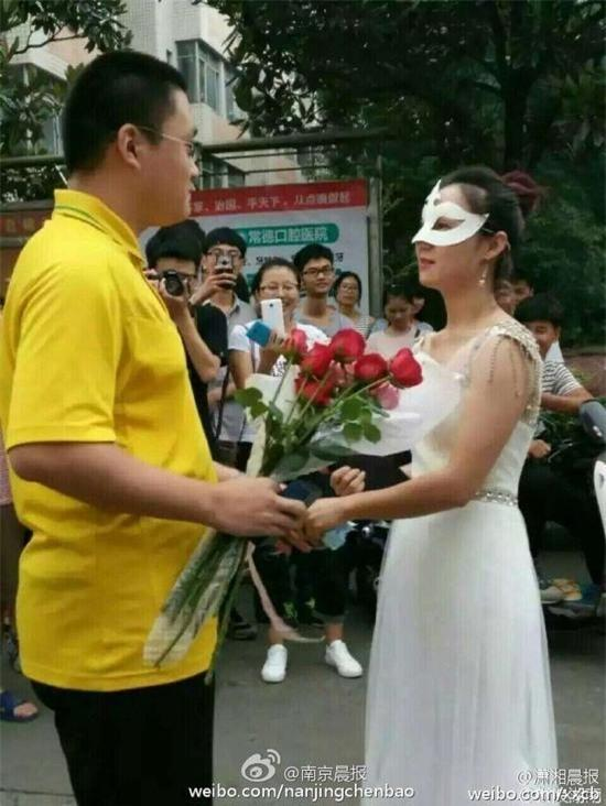 Nữ giảng viên đại học công khai cầu hôn nam sinh năm thứ 4 - Ảnh 1.