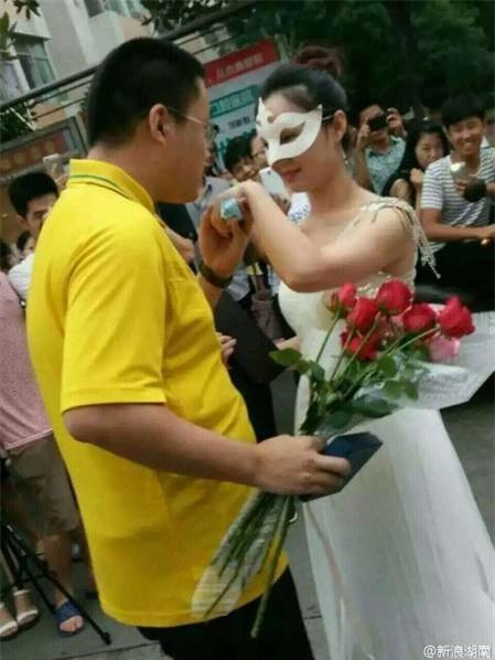 Nữ giảng viên đại học công khai cầu hôn nam sinh năm thứ 4 - Ảnh 2.