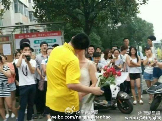Nữ giảng viên đại học công khai cầu hôn nam sinh năm thứ 4 - Ảnh 3.