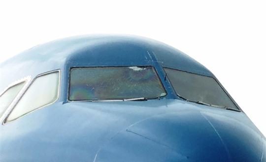 Nứt kính buồng lái, máy bay đi Cần Thơ hạ cánh ở TP HCM - Ảnh 1.