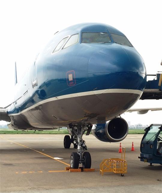 Nứt kính buồng lái, máy bay đi Cần Thơ hạ cánh ở TP HCM - Ảnh 2.