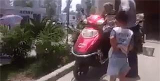 Bố đánh bà dã man ngay trước mặt con trẻ khiến người xem phẫn nộ