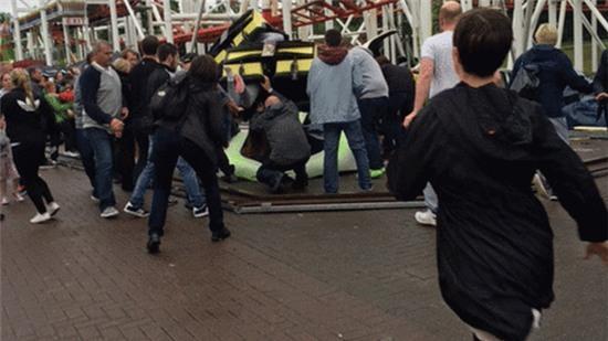 Những người chứng kiến nỗ lực giải cứu các nạn nhân bị kẹt. Ảnh: Faye Donnelly, Demi Campbell