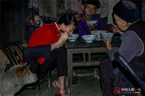 Bức ảnh người mẹ không tay vẫn oằn mình cho con bú lay động hàng triệu trái tim - Ảnh 6.