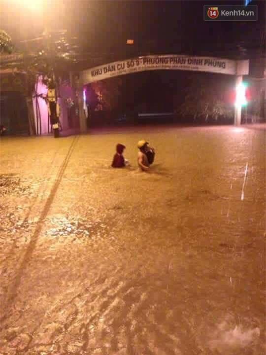 Nhiều ô tô, xe máy chìm trong biển nước sau mưa lớn ở Thái Nguyên - Ảnh 13.