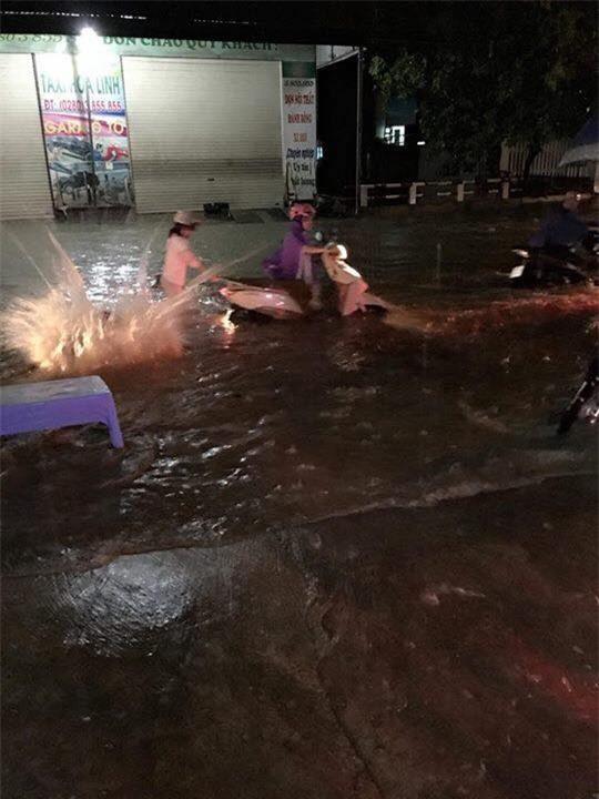 Nhiều ô tô, xe máy chìm trong biển nước sau mưa lớn ở Thái Nguyên - Ảnh 10.