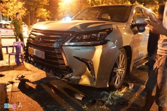 Lexus 570 đâm nát nhiều xe máy, 5 người trọng thương - Ảnh 2.