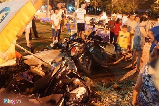 Lexus 570 đâm nát nhiều xe máy, 5 người trọng thương - Ảnh 4.
