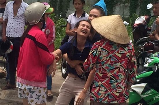 Vợ gào khóc bên thi thể chồng bị xe tải cán ở Sài Gòn - Ảnh 2.