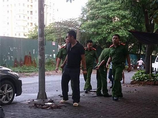Hà Nội: 40 thanh niên vác dao, kiếm tụ tập giữa phố - Ảnh 2.