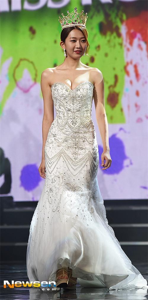 Vừa đăng quang, Tân Hoa hậu Hàn Quốc gây thất vọng với nhan sắc kém cạnh hơn Á hậu và dàn thí sinh - Ảnh 1.